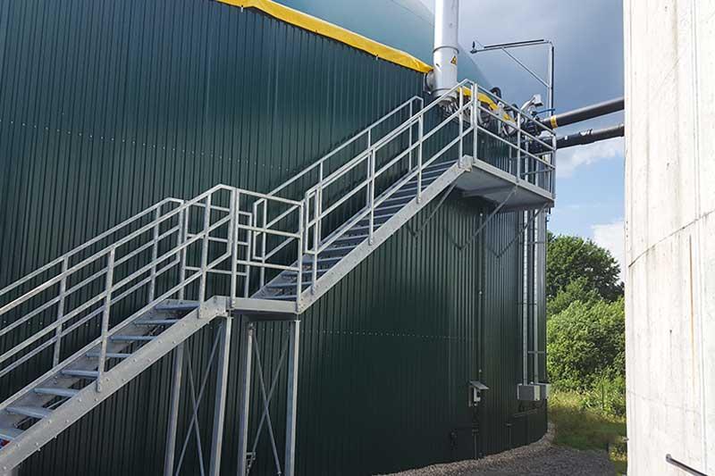 Im luftdicht abgeschlossenen beheizten Gärbehälter, den Fermenter entsteht das Biogas