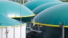 Das Bild zeigt die Biomethananlage in Willingshausen. Es ist der Fermenter, der Nachgärer und das Gärrestlager zu sehen