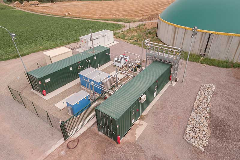 Durch die Aufbereitung des Biogases entsteht hochwertiges Biomethan für die direkte Einspeisung ins öffentliche Erdgasnetz. Biomethan kann ebenfalls als regenerativer Kraftstoff vor Ort eingesetzt werden.